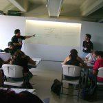 Después de la conferencia, Óscar González Loyo se unió al taller de creación de personajes.