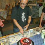 Un poco antes supimos que Mazaki cumplía años y de inmediato, sin que se diera cuenta, le compramos un pastel y festejamos su cumpleaños, le sorprendió mucho y estaba muy emocionado.