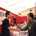 Aquí está Óscar González Loyo con Will Wheaton, actor de Star Trek. después de autografiarle una foto y la vez Óscar le hizo un dibujo del hombre de los cómics de los Simpson, pidiéndole un autógrafo a él, le gustó mucho y se lo agradeció bastante a Óscar.