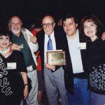 Los padres de Óscar, Susy y Óscar con el Maestro Will Eisner (q.e.p.d.), quién de su propia mano le entregó el premio Eisner, todo un honor. Al maestro Eisner lo conocimos desde 1987 y es el creador del personaje Spirit.