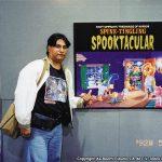 Horacio Sandoval al lado de la portada del cómic donde salió su trabajo con los Simpson por primera vez.