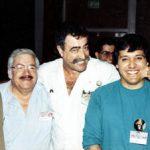 Román Arámbula, animador Mexicano radicado en EUA, quien dibujó por mucho tiempo las tiras comicas de Goofy y Mickey Mouse, Sergio Aragonés jalándo el cachete de Óscar González Loyo.
