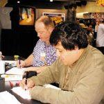 Óscar González compartiendo la mesa de autógrafos, con todos los artistas de Bongo Comics.