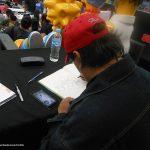 Mientras esperábamos a que terminaran los dibujos, los organizadores nos pidieron autografiar algunos productos del staff.