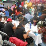 Los participantes en el concurso de dibujo, seguían trabajando.