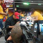Una vez escogidos a los ganadores, Óscar González Loyo y Horacio Sandoval firmaron los reconocimientos.
