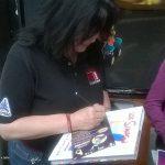 Como siempre los Karmafans y fans de ¡Ka-Boom! Estudio fueron a apoyarnos, y como siempre suele suceder, también a los miembros de K! les pidieron autógrafos.