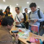 Después de la presentación, Óscar González Loyo y Horacio Sandoval, realizamos bocetos de los Simpson a las personas que compraron el libro.