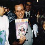 El genial maestro Rius (q.e.p.d.) mostrando nuestro cómic ¡Ka-Boom! Cómic.